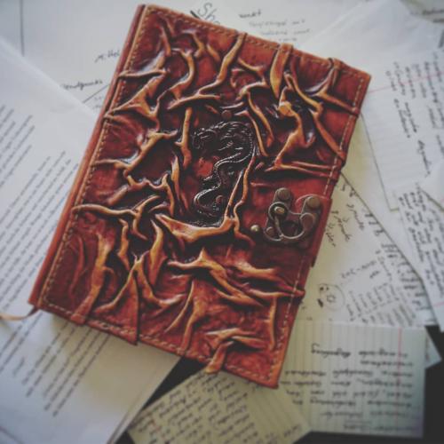 Notizbuch auf Papierstapel